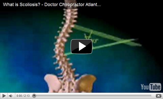 El médico por la curvatura de la columna vertebral a los niños
